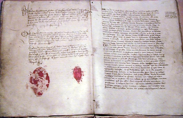 """Протоколи суду над Жанною д'Арк (зліва печатка єпископа П'єра Кошона, справа - нотаріуса Ніколя Такеля). Журнал """"Артефакт"""""""